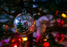 老圣诞树` s玩具球 库存照片