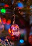 老圣诞树` s玩具,蜂 免版税库存照片