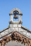 老在一个古老石教堂的葡萄酒黄铜响铃蓝天的b 免版税库存照片