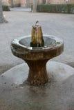 老在一间石地下室的葡萄酒古铜色饮水器 免版税库存图片