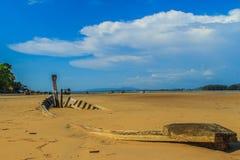 老在与蓝天的沙子埋没的击毁渔船在云彩 免版税图库摄影