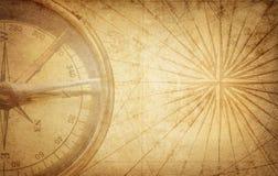 老在古老地图的葡萄酒减速火箭的指南针 生存,探险 库存照片