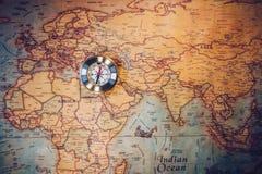 老在古老地图的葡萄酒减速火箭的金黄指南针 选择聚焦 免版税库存照片