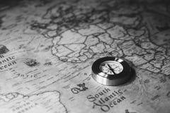老在古老地图的葡萄酒减速火箭的金黄指南针 选择聚焦 免版税库存图片