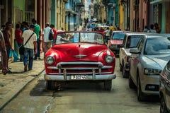 老在哈瓦那街道的葡萄酒古巴汽车 免版税库存照片
