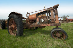 老在威斯康辛奶牛场的葡萄酒减速火箭的生锈的古色古香的拖拉机 免版税库存图片