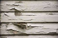 老在木房屋板壁的削皮破裂的白色油漆 免版税图库摄影