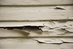 老在木房屋板壁的削皮破裂的白色油漆 图库摄影