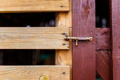 老在木门特写镜头的金属土气门闩 给木装门 免版税库存照片