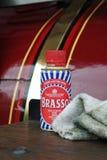 老在牵引车的罐Brasso和旧布 库存图片