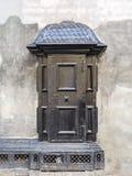 老在街道上的葡萄酒黑色金属电变压器摊在房子墙壁附近 免版税库存图片
