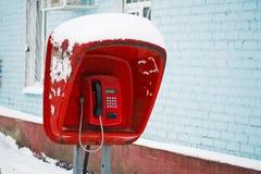 老在街道特写镜头的街道公开投币式公用电话 红色公用电话在摊 免版税图库摄影