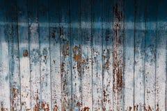 老在被风化的木头的削皮蓝色油漆作为一个详细的难看的东西背景图象 免版税库存照片