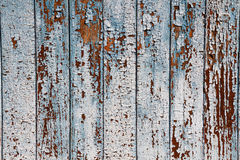 老在被风化的木头的削皮蓝色油漆作为一个详细的难看的东西背景图象 库存照片
