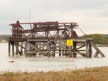老在阴暗水之外的金属海结构生锈的河 免版税库存图片