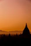 老在Bagan,缅甸的塔领域有薄雾的日出 库存图片