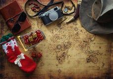 老地图和葡萄酒旅行设备/圣诞礼物概念 库存图片