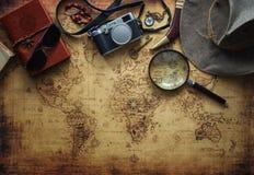 老地图和葡萄酒旅行设备/旅行概念 库存照片