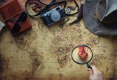 老地图和葡萄酒旅行设备/远征概念,寻宝 免版税图库摄影