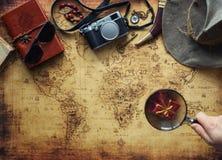 老地图和葡萄酒旅行设备/远征概念,寻宝 库存照片