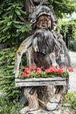 老地精,森林的监护人,在树干雕刻了 库存图片