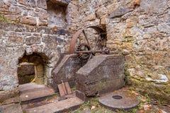 老地面磨房在森林 免版税库存照片