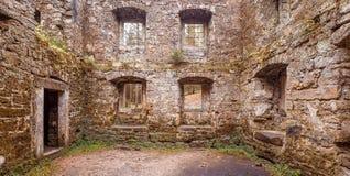 老地面磨房在森林 免版税库存图片