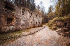 老地面磨房在森林 免版税图库摄影