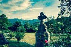 老坟墓在公墓 正统发怒坟茔石头在坟园,欧洲 库存图片