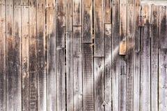 老垂直的被风化的板,黑暗的古色古香的木盘区纹理,装饰抽象背景 免版税图库摄影