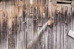 老垂直的被风化的板,黑暗的古色古香的木盘区纹理,装饰抽象背景 库存照片