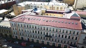 老城内住宅屋顶顶视图  与老房子、胡同和区屋顶的都市风景有路的和 股票录像