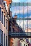 老城内住宅的门面反射的在glas 免版税库存图片