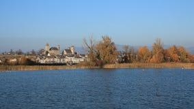老城堡和五颜六色的树,湖Obersee 免版税图库摄影