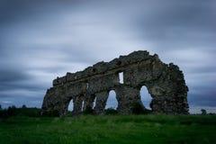 老城堡和风的残余缠结了在晚上光的草 建筑学在Laiuse,爱沙尼亚,欧洲 免版税库存图片