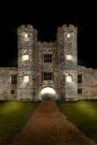 老城堡在与光和吊桥的晚上 库存图片