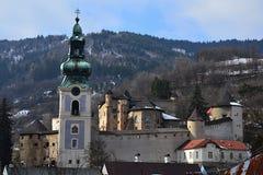 老城堡在冬天季节期间的Banska Stiavnica,观看从上部罗斯街 库存照片