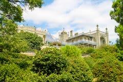 老城堡在庭院里 库存图片