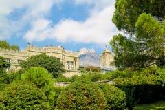老城堡在庭院里 免版税图库摄影