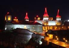 老城堡在Kamenets-Podilskiy在晚上,乌克兰 库存照片