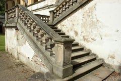 老城堡楼梯和破裂的墙壁 图库摄影