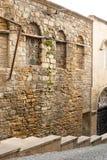 老城市、古老大厦和墙壁的狭窄的街道 巴库,阿塞拜疆 免版税库存照片