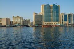 老城市、河有小船的和船 旅行照片 图库摄影