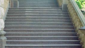 老城市台阶 古老石楼梯 在古典详细资料之后的结构把视图枕在 背景能使用的步骤石头 股票录像