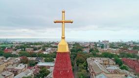 老城市和基督徒十字架的鸟瞰图在傲德萨路德教会顶部圣保罗座堂尖顶  影视素材