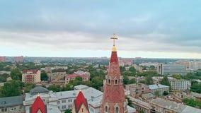 老城市和基督徒十字架的鸟瞰图在傲德萨路德教会顶部圣保罗座堂尖顶  股票视频
