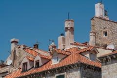 老城市杜布罗夫尼克的瓦屋顶和烟囱在克罗地亚 库存照片
