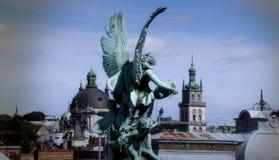 老城市的历史建筑学有教会和古色雕塑的 库存图片