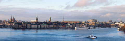 老城市的堤防的全景在斯德哥尔摩 免版税库存照片