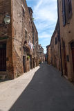 老城市的狭窄的街道在意大利 免版税库存图片